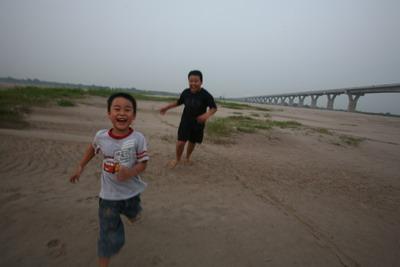Đã từ lâu bãi Giữa của bố con mình đã chuyển về dưới chân cầu Vĩnh Tuy